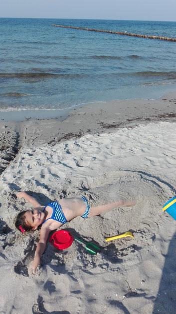 Eine Meerjungfrau im Sand verbuddelt :-)