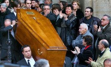 Foule applaudissant le cercueil de Philippe Noiret