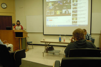 ミーティングでの学生による発表の様子