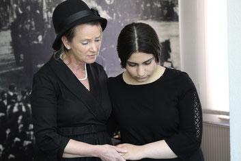 Selma (Christine Gleiss) und Jeanette (Serivan Bagari) treten ihren letzten Gang an – ins KZ Theresienstadt.