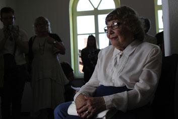 Tränen glitzern in den Augen von Paula Freundlich, als sie die Inszenierung zur Geschichte ihrer jüdischen Gemeinde mitansieht.