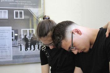 Verzweifelt ist das Geschwisterpaar Emmy (Juana Darlath) und Max (Lennard Biller) nach den Erlebnissen der Pogromnacht in Rehburg.