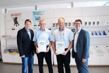 Geschäftsführer Thomas Fischer (rechts) und Personalentwickler Markus Kallmeier (links) mit den beiden Jubilaren Ferdinand Ostermann und Stefan Simson. Fotograf: Andreas Köllner