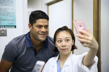 Un simpatico selfie realizzato dalla dottoressa che si è occupata di sottoporre Hulk alle visite mediche,come abbiamo scritto i calciatori sono fenomeni non solo in campo, ma in Cina anche nella società