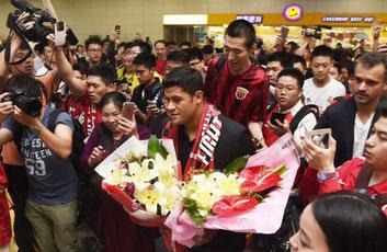 L'arrivo a Shanghai del brasiliano Hulk, l'affare più costoso della storia della Chinese Super League (ad oggi)