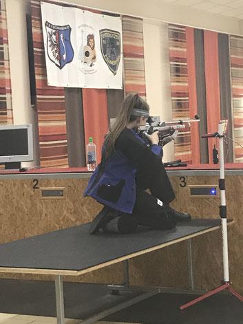 Anschlag kniend mit Jungschützin Lea Pscheidl