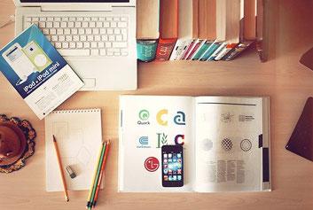 Arbeitstische, Laptop, Buch, Handy, Stifte, Bücher