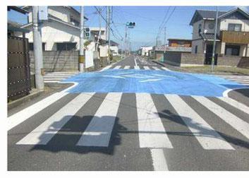 写真は香川県の交差点カラー舗装化資料より