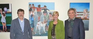 Die Dülmener Künstler Jörg Paeßler und Dr. Milan Roknic eröffneten am Donnerstag, 30. Oktober, eine gemeinsame Ausstellung im Foyer des Rathauses. Im Hintergrund sind die Arbeiten von Jörg Paeßler zu sehen. Foto: Stadt Dülmen/Hustert