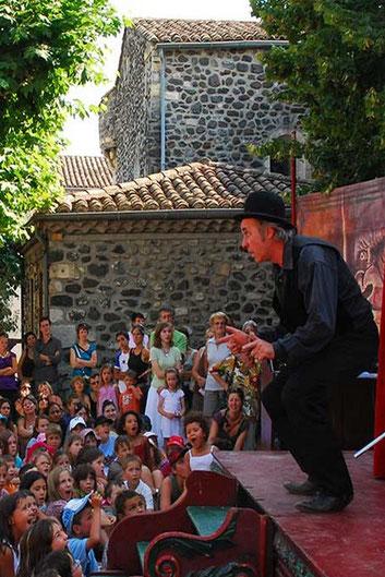 Spectacle de rue, jeux, fête foraine et bal sont les ingrédiens principaux d'une fête votive Ardéchoise.