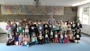 Gruppenfoto mit Herrn Cox vom TSV Weeze. Zum Vergrößern bitte auf das Foto linksklicken!