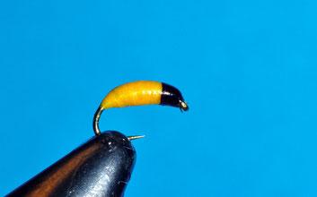 Amo: #18 - #22  Sottocorpo: filo di piombo Corpo: seta floss gialla verniciata Testina: filo di montaggio nero
