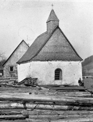 Die alte Dorfkapelle St. Antonius in Sallinghausen, 1953 abgerissen und an anderem Standort neu errichtet