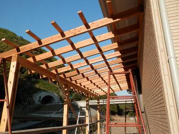 木製軸組のテラスの作成の様子。