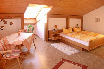 Schlafzimmer mit Betten mit Tempur-Matratzen