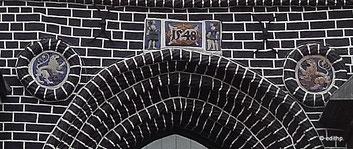 Terrakotten über dem Hauptportal