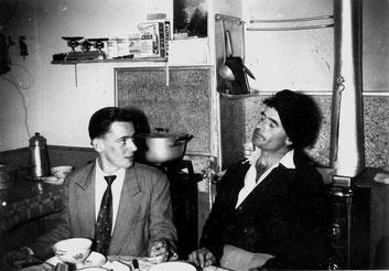 Nicolaï Greschny avec Jacques Boinais, un paroissien dans la cuisine du presbytère