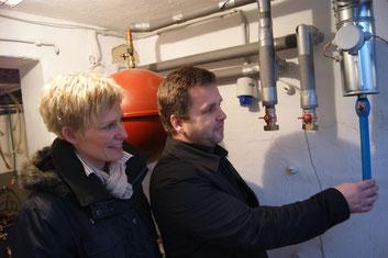 RWE-Architekt Norbert Lang erläutert Beate Kewitsch die nächsten Bauschritte.