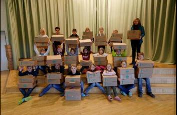 Schulkinder packen fleißig Pakete Cellesche Zeitung, 2016
