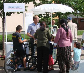 Bürgermeister Volker Hatje an seinem Stand vor Ort umringt von Besuchern