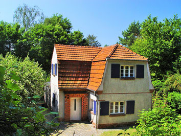 Haus Havelland umgeben von schönen alten Bäumen
