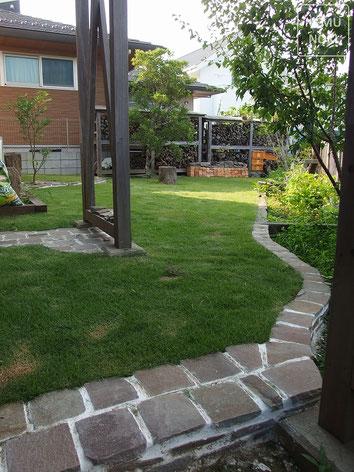 アンティークレンガ、ミモザ、雑草対策、高麗芝、施工例