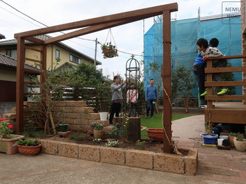 イタウバ、アンティークレンガ、固まる土、人工芝、雑草防止シート(ザバーン240)、施工例