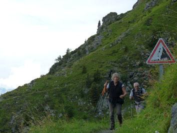 Panneaux sur le sentier du refuge  Jean Collet, avant la traversée du couloir