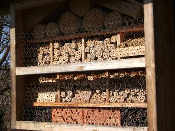 Insektenhotel an der Hütte des Gartenbauvereins Puch