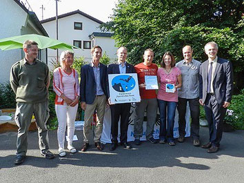 Gruppenfoto nach Überreichung der Auszeichnung: zu sehen sind Minister J. Remmel, M. Frede und C. Sebening (AK Fledermausschutz), Hausbesitzer S. und T. Jung, S. Wenzel (NABU NRW), Landrat A. Müller, H. Düben (NABU SiWi)