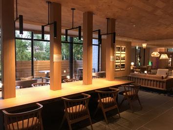 暖色の灯りが優しいフェアフィールド・バイ・マリオット栃木宇都宮の共用スペース