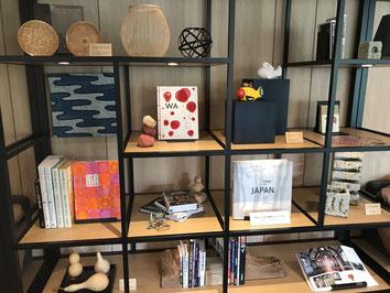 工芸品や珍しい書物の数々