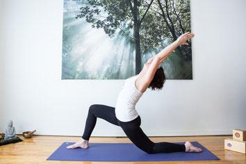 Photo coach yoga femme blanche professionnelle Alexia de Bastiani à Montréal Canada par Marie Deschene photographe Pakolla