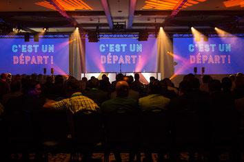 Projection sur écran salle remplie pendant congrès ADGC Desjardins au Fairmont Mont-Tremblant Québec Canada photo par Marie Deschene photographe Pakolla