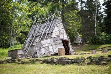 Photo tipi en écorce bois en été au Site interprétation de la culture Micmac Gaspésie Québec Canada par Marie Deschene photographe Pakolla