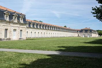 Vue extérieure du bâtiment en été du musée Corderie Royale Rochefort Sud-Ouest Charente-Maritime Région Nouvelle-Aquitaine France Europe photo par Marie Deschene photographe Pakolla