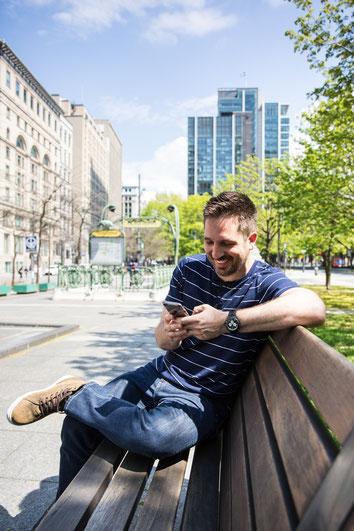 Photo portrait corporatif homme blanc Auré employé développeur front end à Square Victoria Montréal Canada par Marie Deschene photographe Pakolla