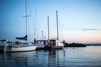 Photo marina bateaux voiliers à Carleton-sur-Mer dans la Baie des chaleurs en Gaspésie Québec Canada au coucher du soleil par Marie Deschene photographe Pakolla