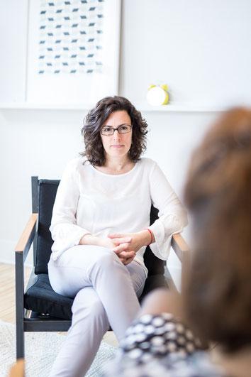 Photo corporative coach femme professionnelle Alexia de Bastiani dans bureau à Montréal Canada par Marie Deschene photographe Pakolla