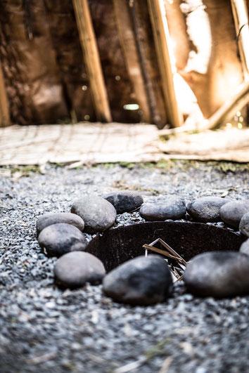 Photo trou pour feu intérieur tipi en écorce bois en été au Site interprétation de la culture Micmac Gaspésie Québec Canada par Marie Deschene photographe Pakolla
