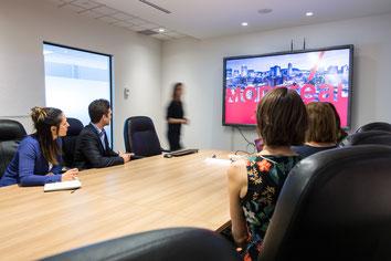 Équipe de travail de Tourisme Montréal faisant une présentation à un fournisseur photo prise par Marie Deschene photographe chez Pakolla