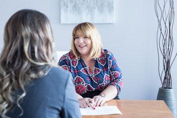 Photo corporative portrait professionnel femme blanche notaire Julie Normandeau CEO dans son bureau à Laval Canada par Marie Deschene photographe Pakolla