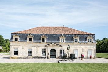 Vue de devant du musée Corderie Royale Rochefort Sud-Ouest Charente-Maritime Région Nouvelle-Aquitaine France Europe photo extérieure par Marie Deschene photographe Pakolla