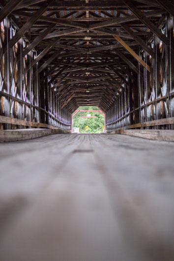 Photo pont couvert en bois route Amqui Gaspésie Québec Canada route 132 par Marie Deschene photographe destination touristique Pakolla