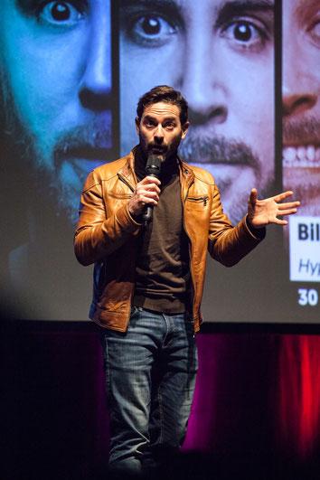Photographie de Guillaume Lemay-Thivierge au Théâtre Desjardins à Montréal pendant soirée lancement programmation par Marie Deschene pour Pakolla