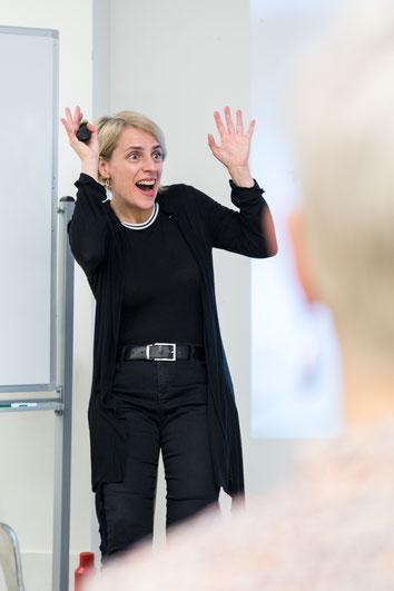 Photo de la coach Chantal Gosselin pendant une activité sur le leadership par Profession'Elle à Montréal au Québec prise par Marie Deschene photographe chez Pakolla