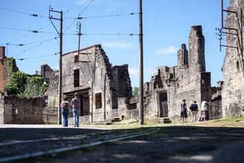 Visite des maison en ruines Oradour-sur-Glane en Haute-Vienne Région Nouvelle-Aquitaine France Europe photo extérieure par Marie Deschene photographe Pakolla