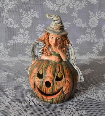 Hexe auf Kürbis aus Keramik