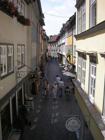 Rechts und links von Häusern gesäumt der Fußweg der Krämerbrücke in Erfurt