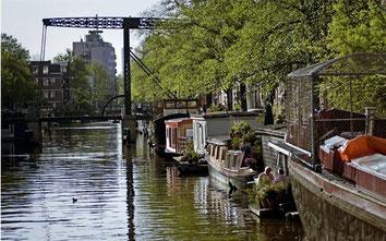Blick auf die Hausboote in Amsterdam